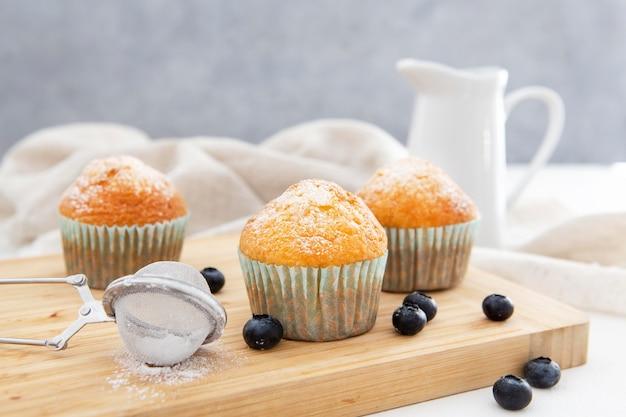 Latte e cupcakes vista frontale Foto Gratuite