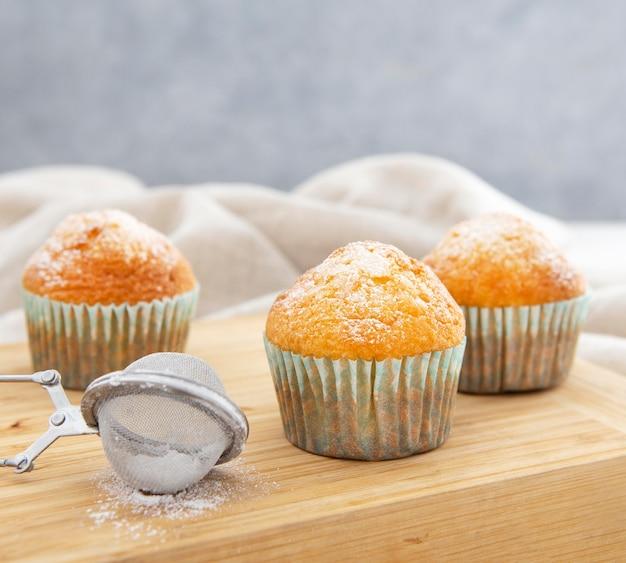 Cupcakes e zucchero di vista frontale Foto Gratuite