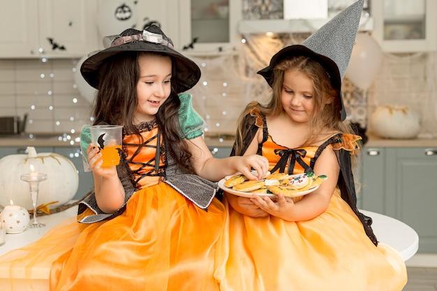 Vista frontale di ragazze carine con costume da strega Foto Gratuite