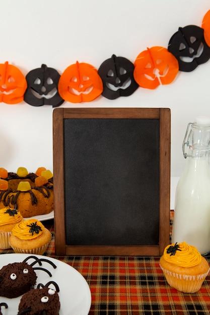 Vista frontale del simpatico concetto di halloween con copia spazio Foto Gratuite