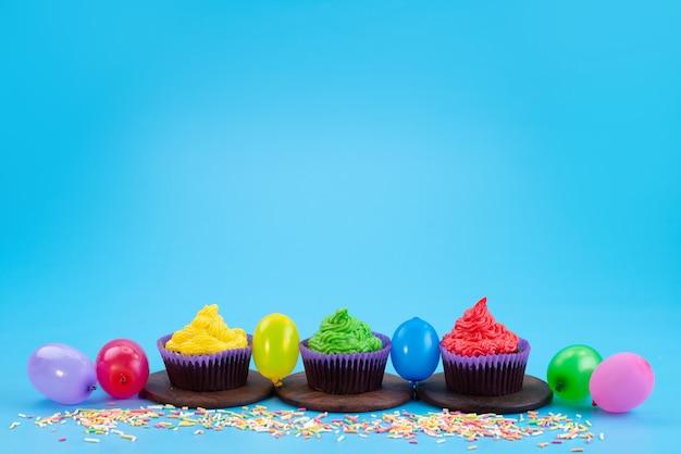Una vista frontale deliziosi brownies a base di cioccolato con caramelle e palline su blu, colore biscotto caramelle Foto Gratuite
