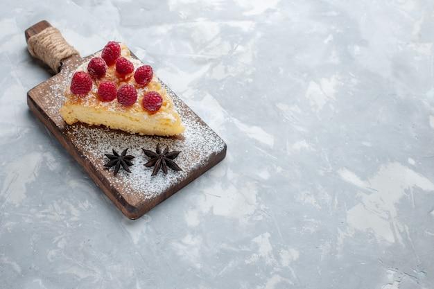 Вид спереди вкусный кусочек торта с малиной на светлом письменном столе, печенье, сладкое сахарное печенье Бесплатные Фотографии