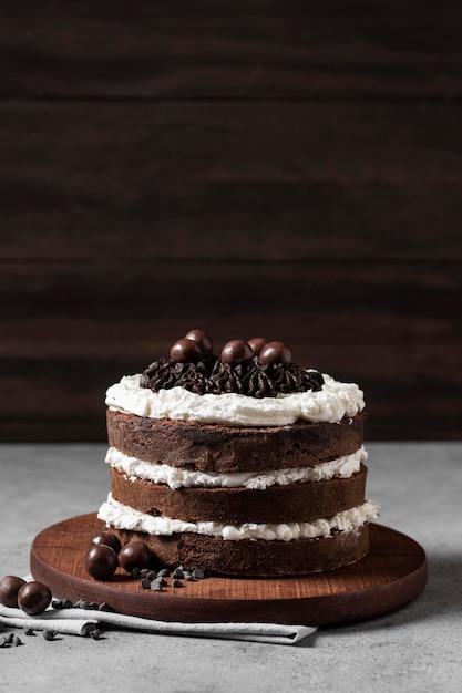 Vista frontale della deliziosa torta con copia spazio Foto Gratuite