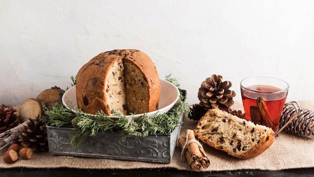 Вид спереди вкусная рождественская еда с чаем Premium Фотографии