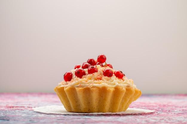 ライトデスクフルーツに分離されたクリームの新鮮な赤いクランベリーと正面のおいしいdケーキ 無料写真