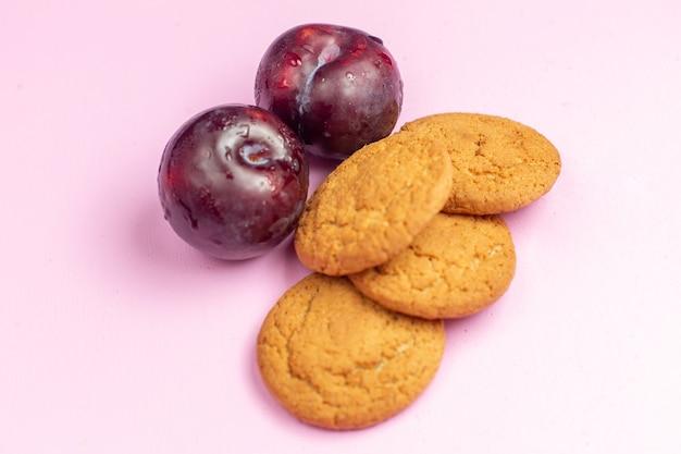 正面のピンクの背景の梅で焼いたおいしい甘いクッキークッキー甘い砂糖焼くお茶 無料写真