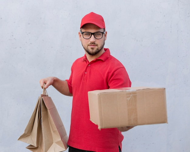 Vista frontale del concetto di uomo di consegna Foto Gratuite