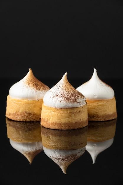 Vista frontale di dessert con cacao in polvere e copia spazio Foto Gratuite