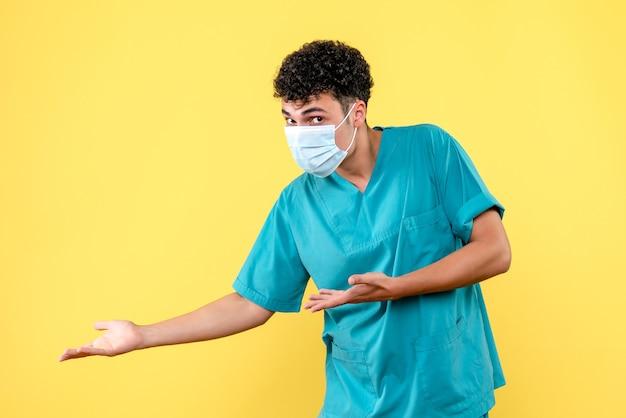 Visione frontale medico il medico chiama il paziente con coronavirus in ospedale Foto Gratuite