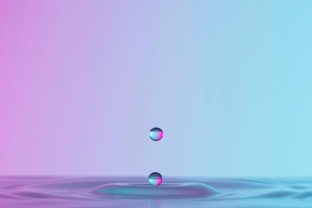 Vista frontale della goccia in liquido trasparente con copia spazio Foto Gratuite