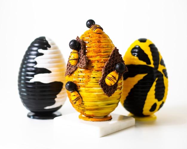 白い床に描かれた正面の卵の異なる色のデザイン 無料写真