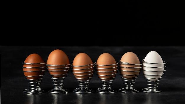 Le uova di vista frontale si mescolano nei basamenti Foto Gratuite