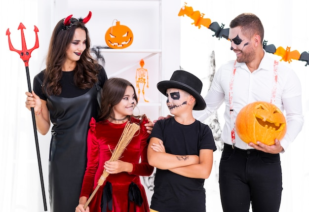 Front view family dressed in halloween costumes Free Photo
