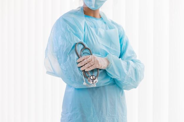 Вид спереди женщина-врач в защитной одежде Бесплатные Фотографии