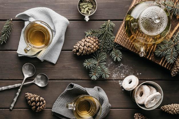Disposizione festiva vista frontale con tè e pigne Foto Gratuite