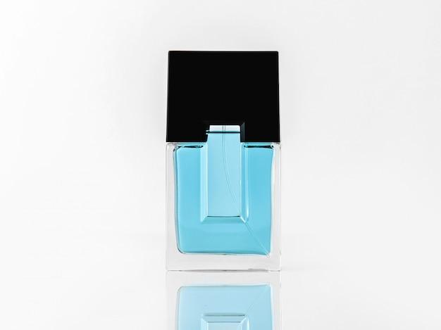 Una fragranza di vista frontale in bottiglia progettata blu e nera sulla parete bianca Foto Gratuite