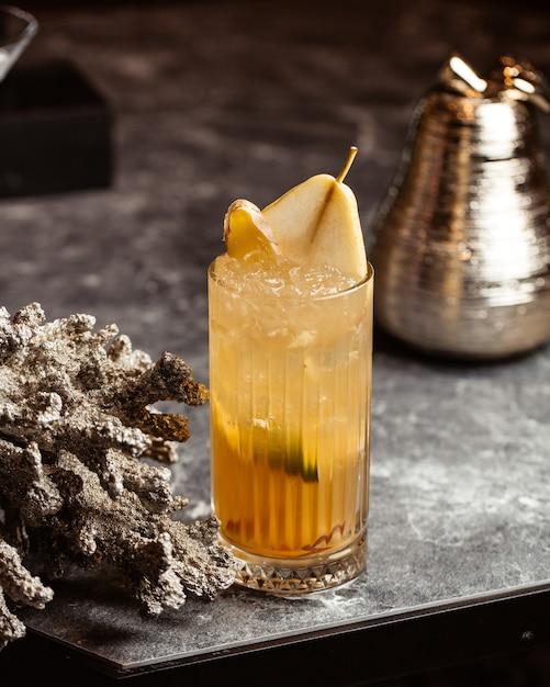 Un cocktail fresco di vista frontale all'interno del vetro sulla superficie scura con la frutta del succo della bevanda Foto Gratuite