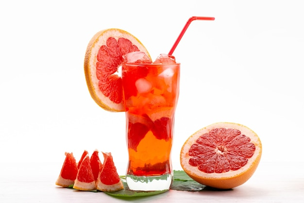 Un cocktail di frutta fresca di vista frontale con il raffreddamento del ghiaccio delle fette della frutta fresca su bianco, colore della frutta del cocktail del succo della bevanda Foto Gratuite