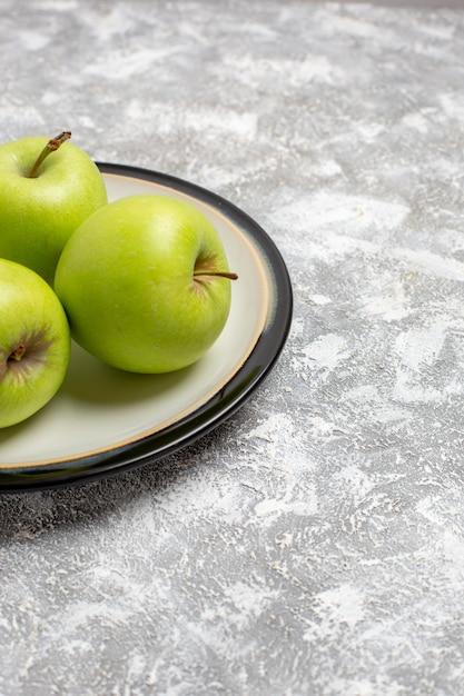 正面図新鮮な青リンゴの白い表面のまろやかな果物新鮮な熟したまろやかな果物食品ビタミン 無料写真