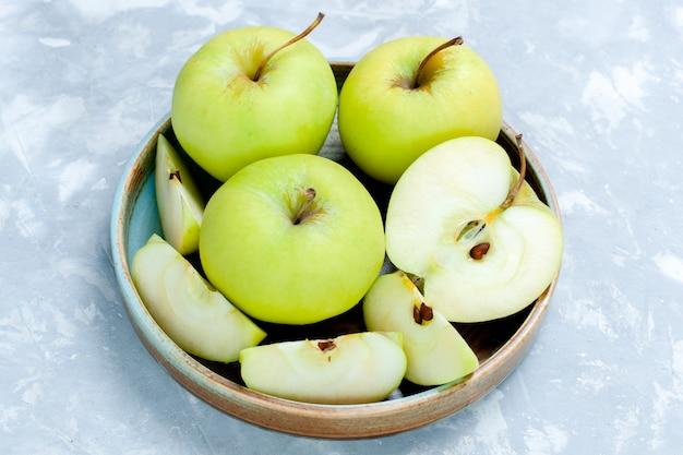 正面図新鮮な青リンゴをスライスし、果物全体を明るい表面に果物新鮮でまろやかな熟した食品ビタミン 無料写真