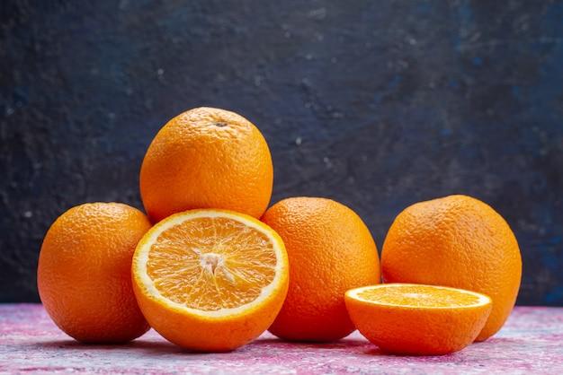 Вид спереди свежие апельсины на темноте Бесплатные Фотографии
