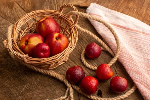 Вид спереди свежие персики и сливы на деревянном столе Бесплатные Фотографии