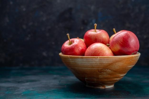 正面図新鮮な赤いリンゴジューシーでまろやかな内側のプレート、紺色のデスクフルーツ新鮮なまろやかなビタミン 無料写真