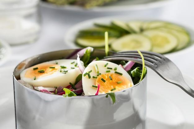 Disposizione delle insalate fresche di vista frontale Foto Gratuite