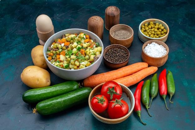 Verdure fresche di vista frontale con verdure e condimenti sul cibo vegetale spuntino insalata pranzo pranzo scrivania blu Foto Gratuite