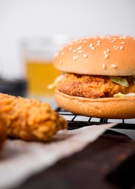 전면보기 프라이드 치킨 조각과 쟁반에 햄버거 무료 사진