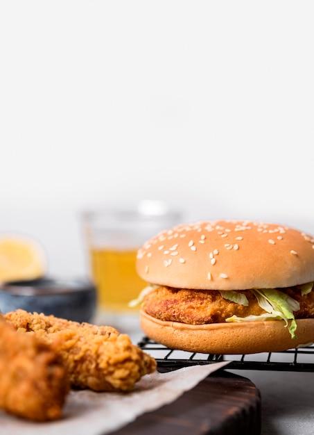 전면보기 프라이드 치킨 조각과 햄버거 무료 사진