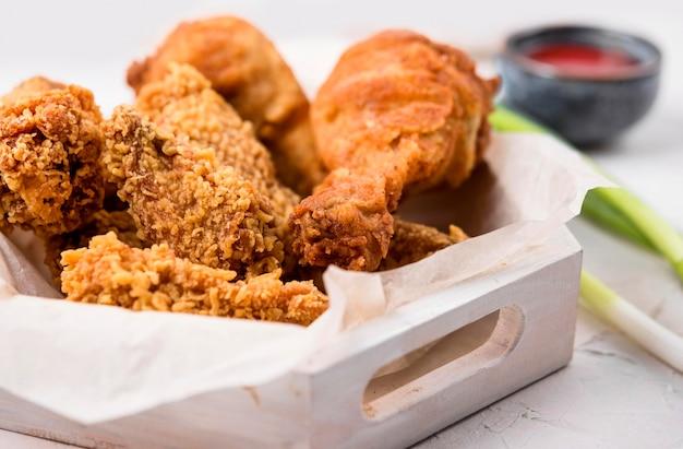 Vassoio di pollo fritto vista frontale Foto Gratuite