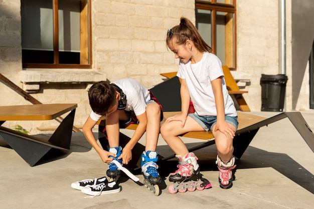 Front view of friends with inline skates Free Photo