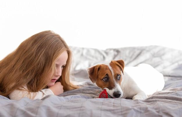 Vista frontale della ragazza e del simpatico cane natale concetto Foto Gratuite