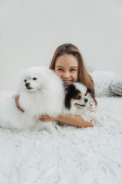 Ragazza di vista frontale ed i suoi cani Foto Gratuite