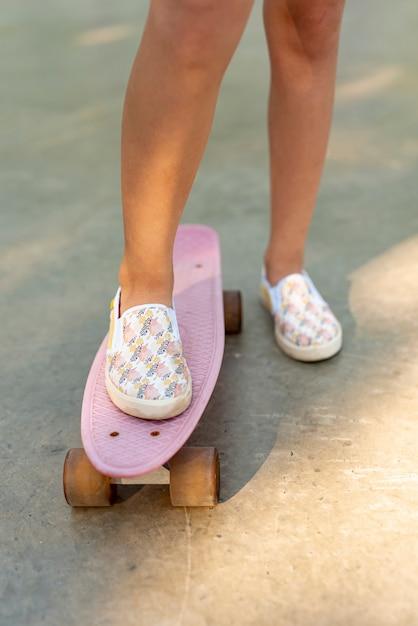 Vista frontale della ragazza su skateboard Foto Gratuite