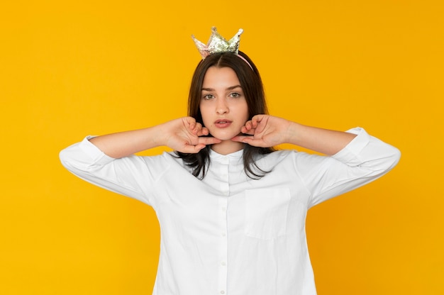 Vista frontale della ragazza che indossa un concetto di corona Foto Gratuite