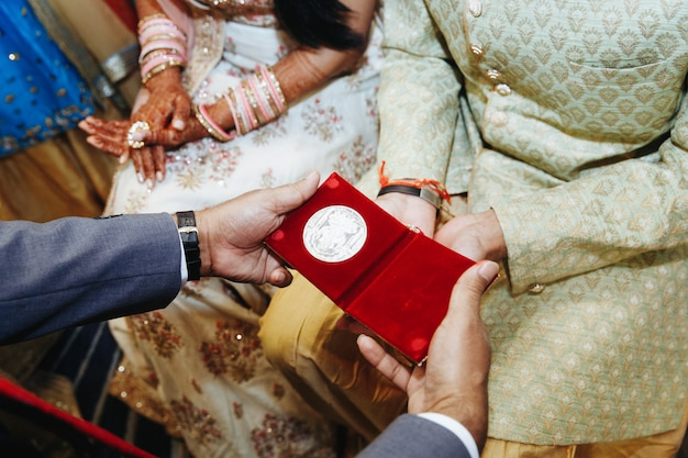 Front view of giving presents on traditional indian wedding ceremony Free Photo