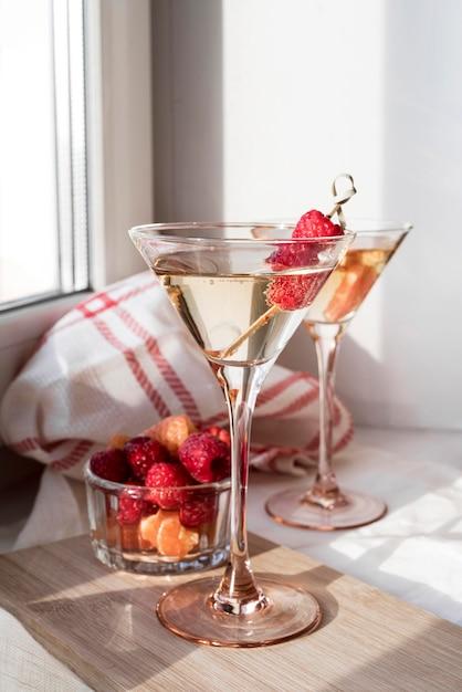 Бокал коктейля и фруктов, вид спереди Premium Фотографии