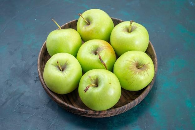 正面図青リンゴの新鮮でまろやかなもの紺色の机の上の果物新鮮な植物の木のまろやか 無料写真