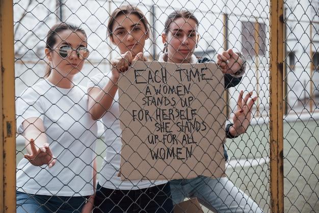 전면보기. 페미니스트 여성 그룹이 야외에서 자신의 권리를 위해 항의 무료 사진