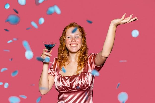 Вид спереди с днем рождения девушка бросает конфетти Бесплатные Фотографии