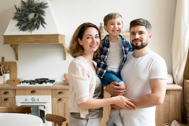 正面の幸せなカップルと彼らの息子 Premium写真