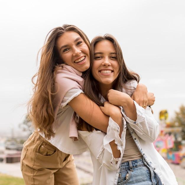 正面図幸せな友達を抱き締める Premium写真