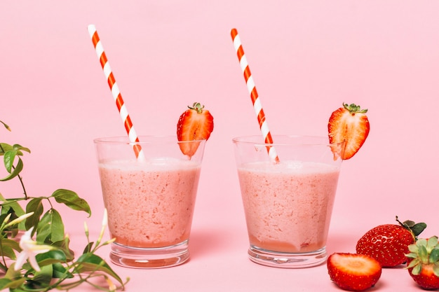 Front view healthy strawberry smoothies Free Photo