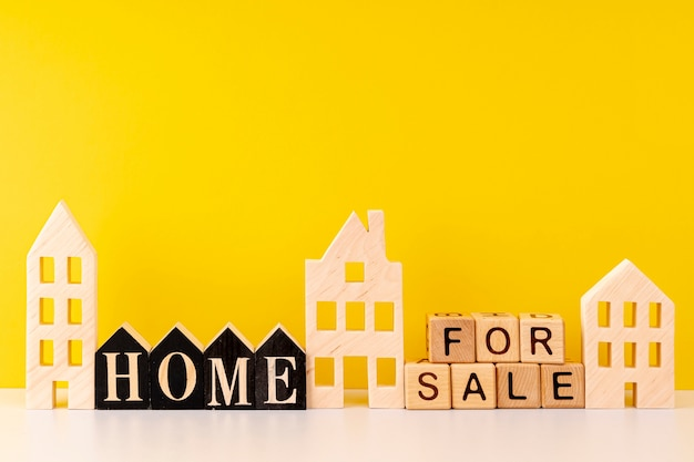 Вид спереди дома для продажи надписи на желтом фоне Premium Фотографии