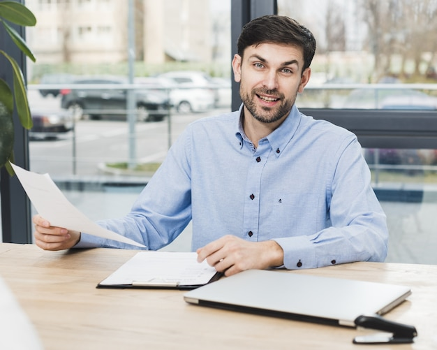 Front view of human resources man at desk holding an interview Premium Photo