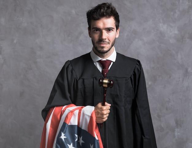 Судья спереди с американским флагом и молотком Бесплатные Фотографии