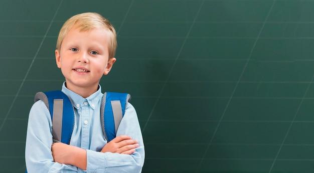 Ребенок вид спереди, стоящий рядом с доской Бесплатные Фотографии