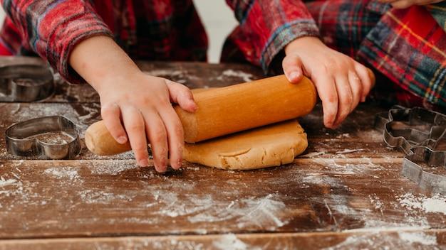 Bambini di vista frontale che fanno il primo piano dei biscotti di natale Foto Gratuite